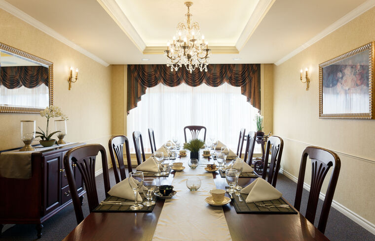Private dining room at Amica Swan Lake senior living residence.